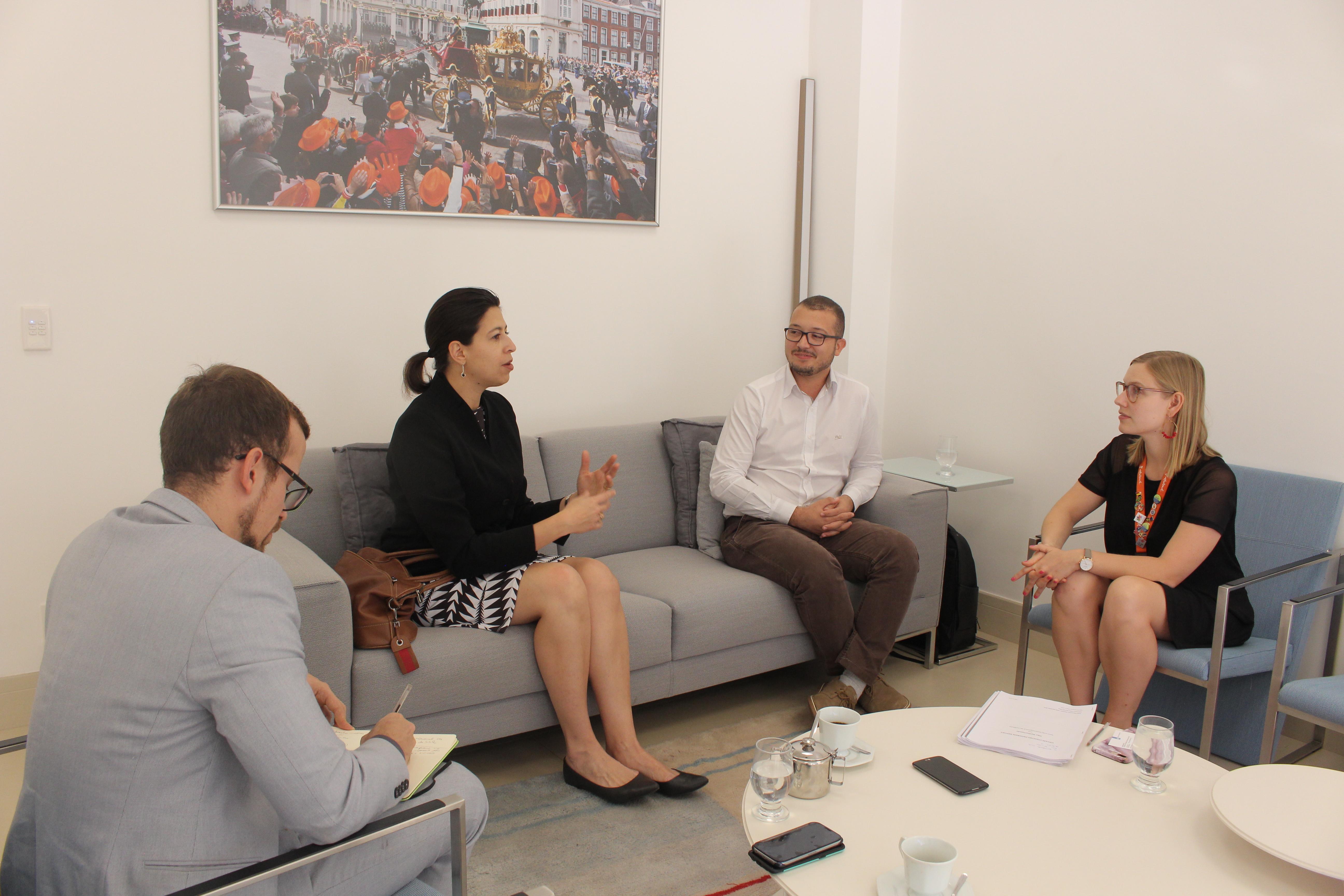 Georgiana Braga-Orillard, Diretora do UNAIDS no Brasil, Vinícius Nascimento e Lieselotte Pellens, Assessora do Departamento de Assuntos Políticos, Diplomacia Pública e Cultura