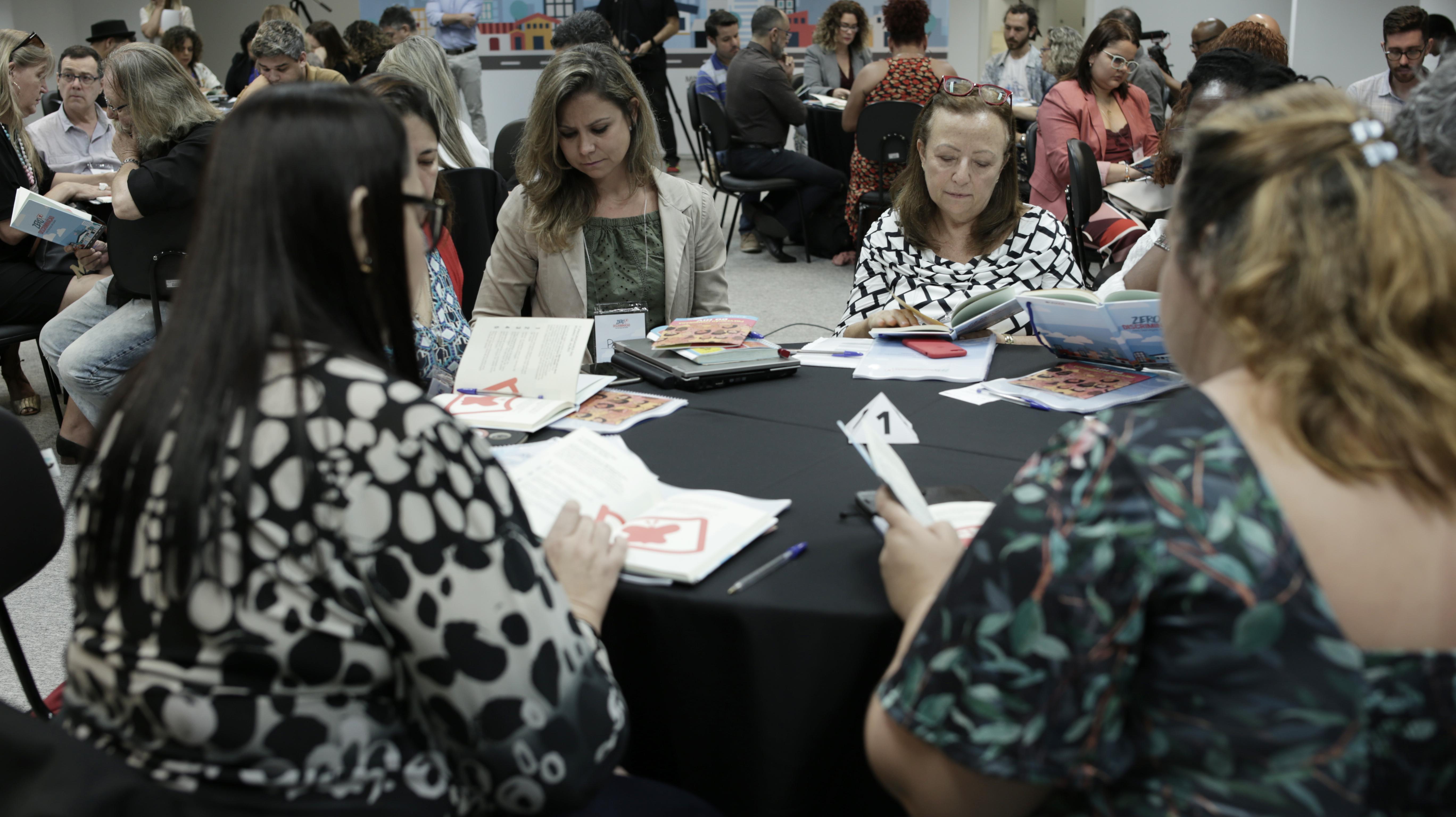 Participantes trabalharam em grupos para definir o que caracteriza um serviço Zero Discriminação